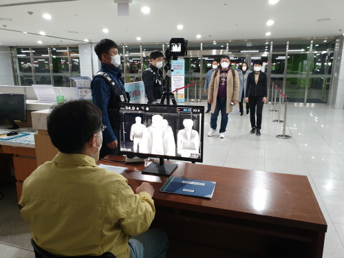 도청 청사 주 출입구만 개방...24시간 열감지 화상카메라 2대로 출입자 전원 확인!!